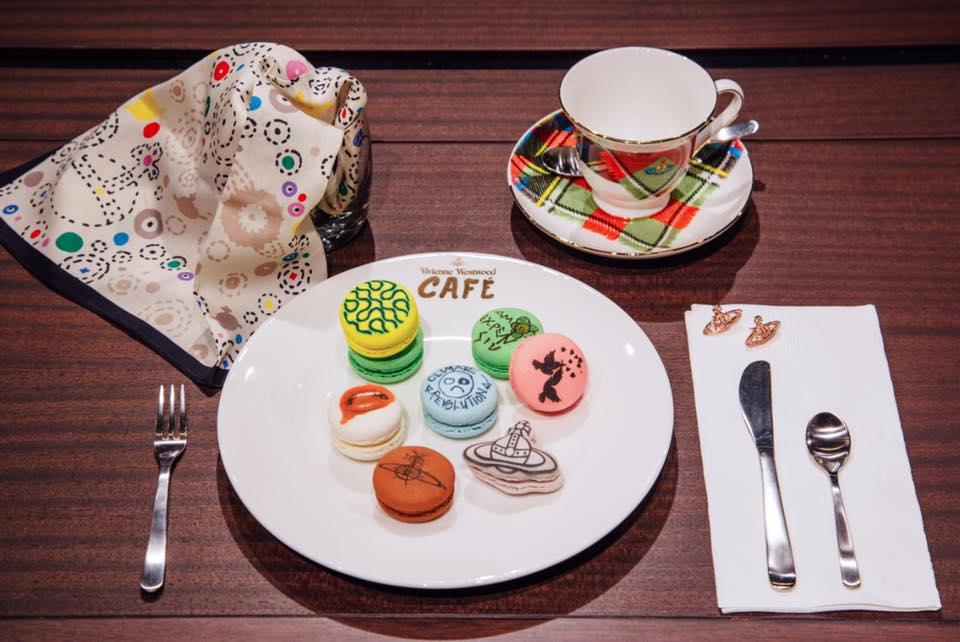 馬 卡 龍 上 的 圖 案 均 是 品 牌 的 服 裝 標 誌 。 圖 片 來 源 :Vivienne Westwood, Taiwan。