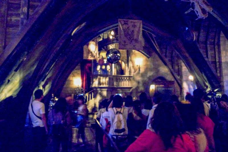 大阪環球影城哈利波特,玩設施只能站超~~~遠拍三位主角(大晃),參加「霍格華茲城堡之旅」才能近距離觀賞喔!