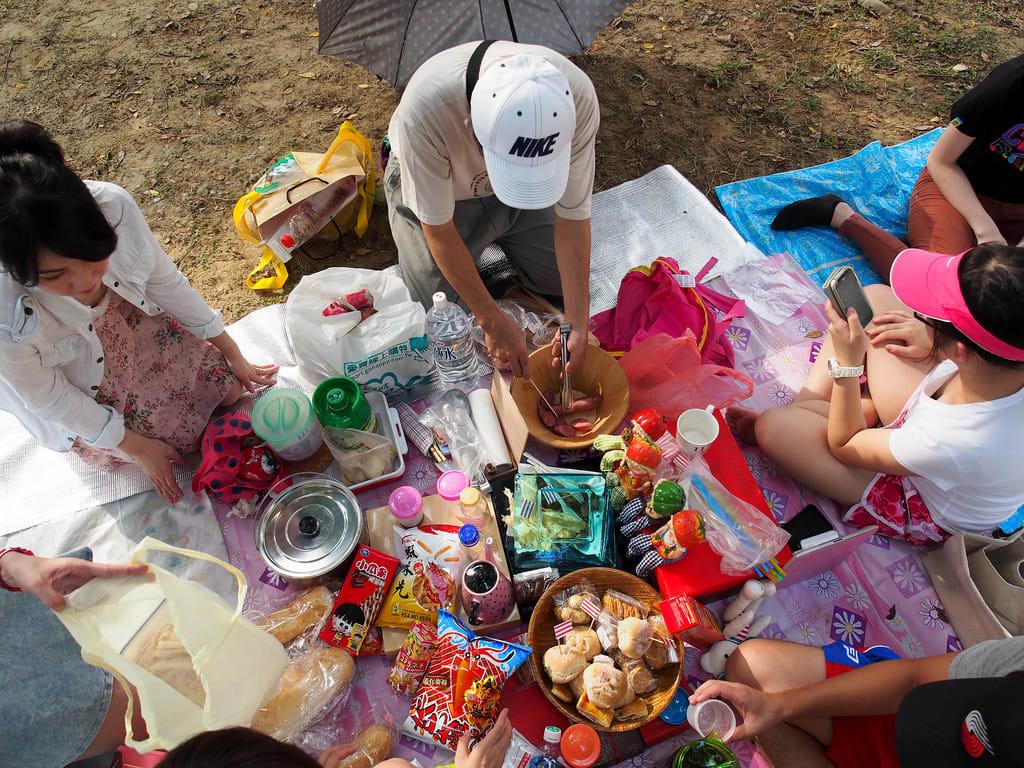 異國野餐 台 灣 野 餐 就 是 把 東 西 放 滿 滿 , 拍 照 打 卡 囉 ! PHOTO | flickr CC editor SenYuan