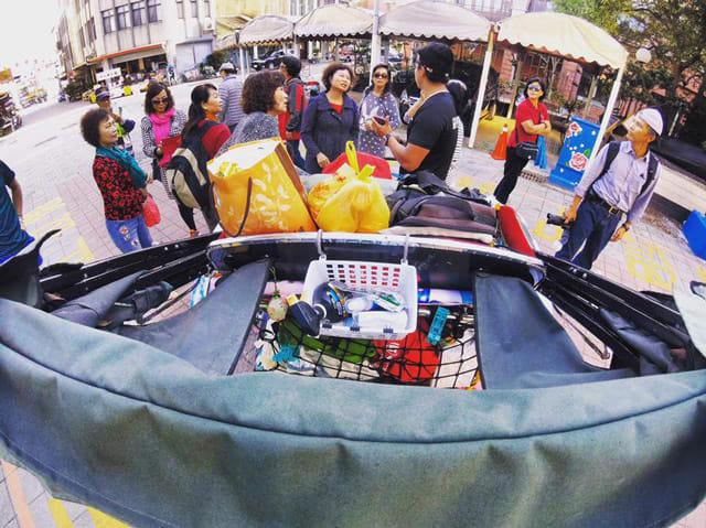 三 人 在 台 灣 受 到 居 民 歡 迎 , 收 到 放 滿 車 子 的 禮 物 。