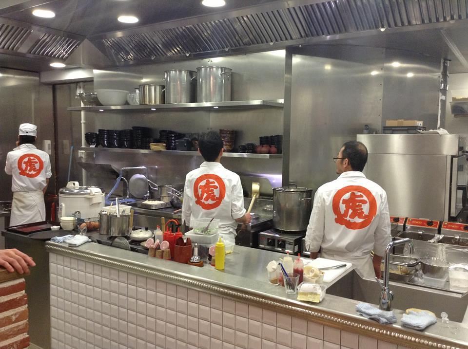 國 虎 屋 就 連 制 服 也 想 要 追 隨 最 傳 統 的 日 式 廚 師 服。