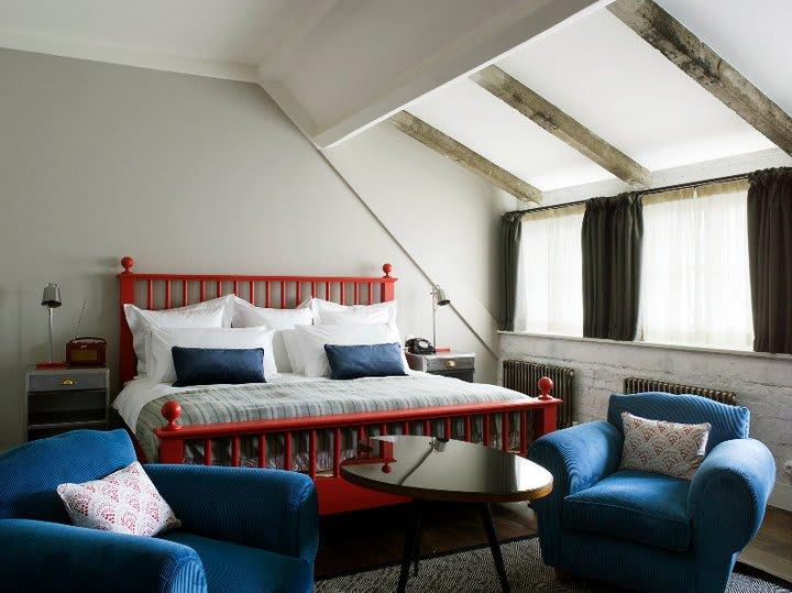 色 彩 繽 紛 的 色 彩 搭 配,使 Soho House Berlin 的 飯 店 氛 圍 更 加 活 潑。