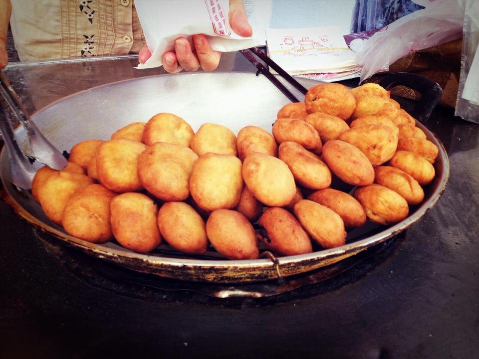 手 工 日 本 饅 頭 , 待 稍 降 溫 後 , 口 感 會 更 為 酥 脆 。 圖 片 來 源 : 陳 翔 。