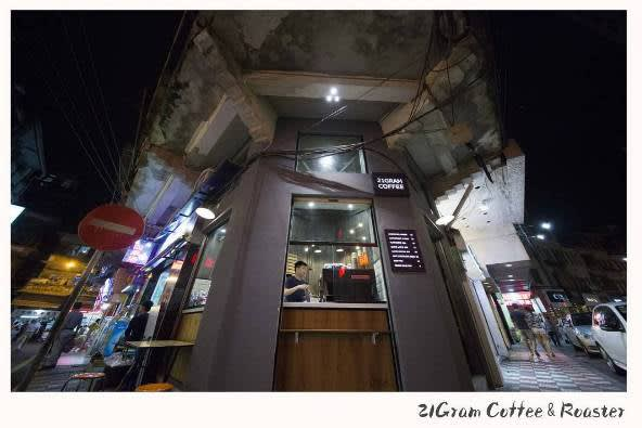 咖 啡 店 就 位 於 騎 樓 角 落 。