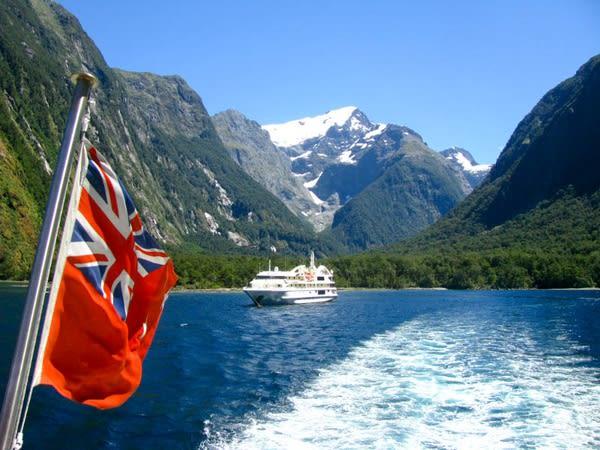 來 這 裡 可 乘 坐 船 遊 覽 峽 灣 風 景 。