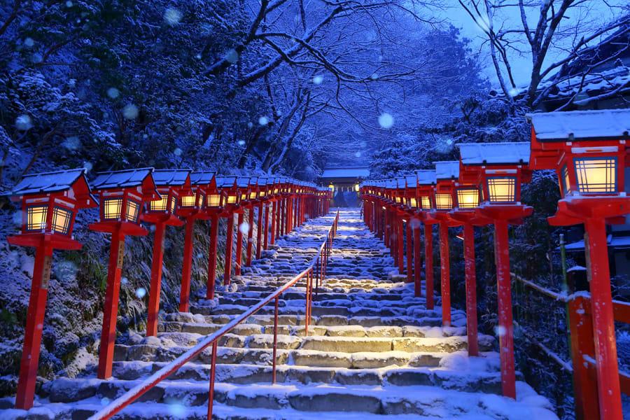 雪中的貴船神社本宮前燈籠 (照片來源:https://goo.gl/ai3se9)
