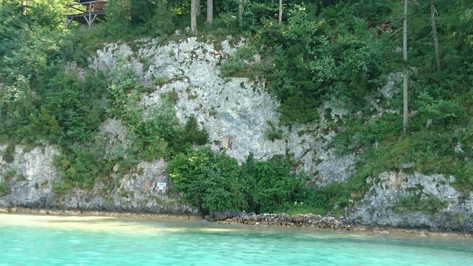 岩壁中隱藏著聖母耶穌像,是沃夫岡湖的隱藏版特色。hotographer / Penny