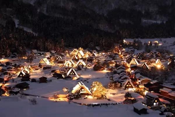 在一年一度的點燈季,位在可俯瞰整個合掌村的製高點,璀璨的燈光輝映著如童話般的合掌村,如夢似幻美不勝收。