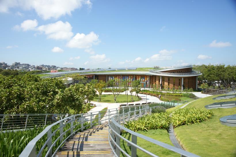 花 博 公 園 內 大 片 的 草 皮 都 可 以 席 地 而 坐 ( 圖 片 來 源: 官 網 )