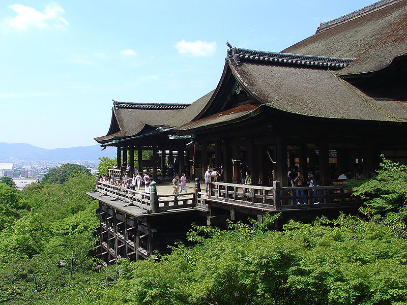 木造清水舞台全貌,每根櫸木都有400年歷史。