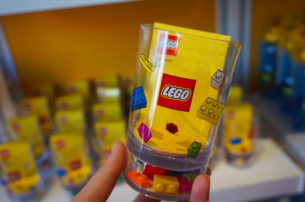 底 層 透 明 的 樂 高 塑 膠 杯 1 3 0 0 日 元