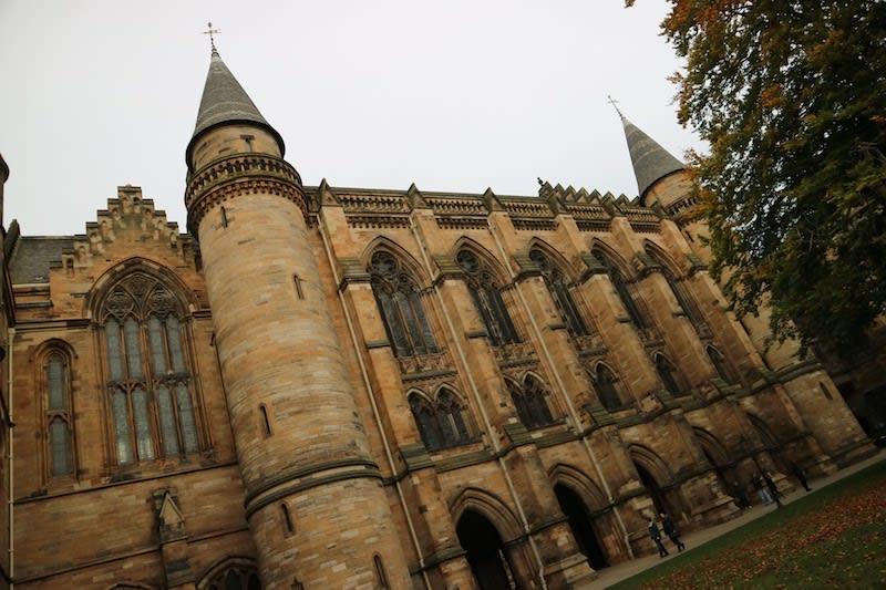 據說「哈利波特」中霍格華茲學院的建築靈感,就是來自格拉斯哥大學的主建築。Photographer | Serina Su