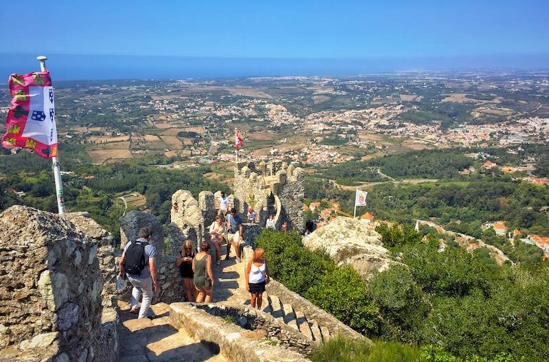 登上摩爾人城堡頂端,可眺望整片辛特拉美景。Photographer   Serina Su