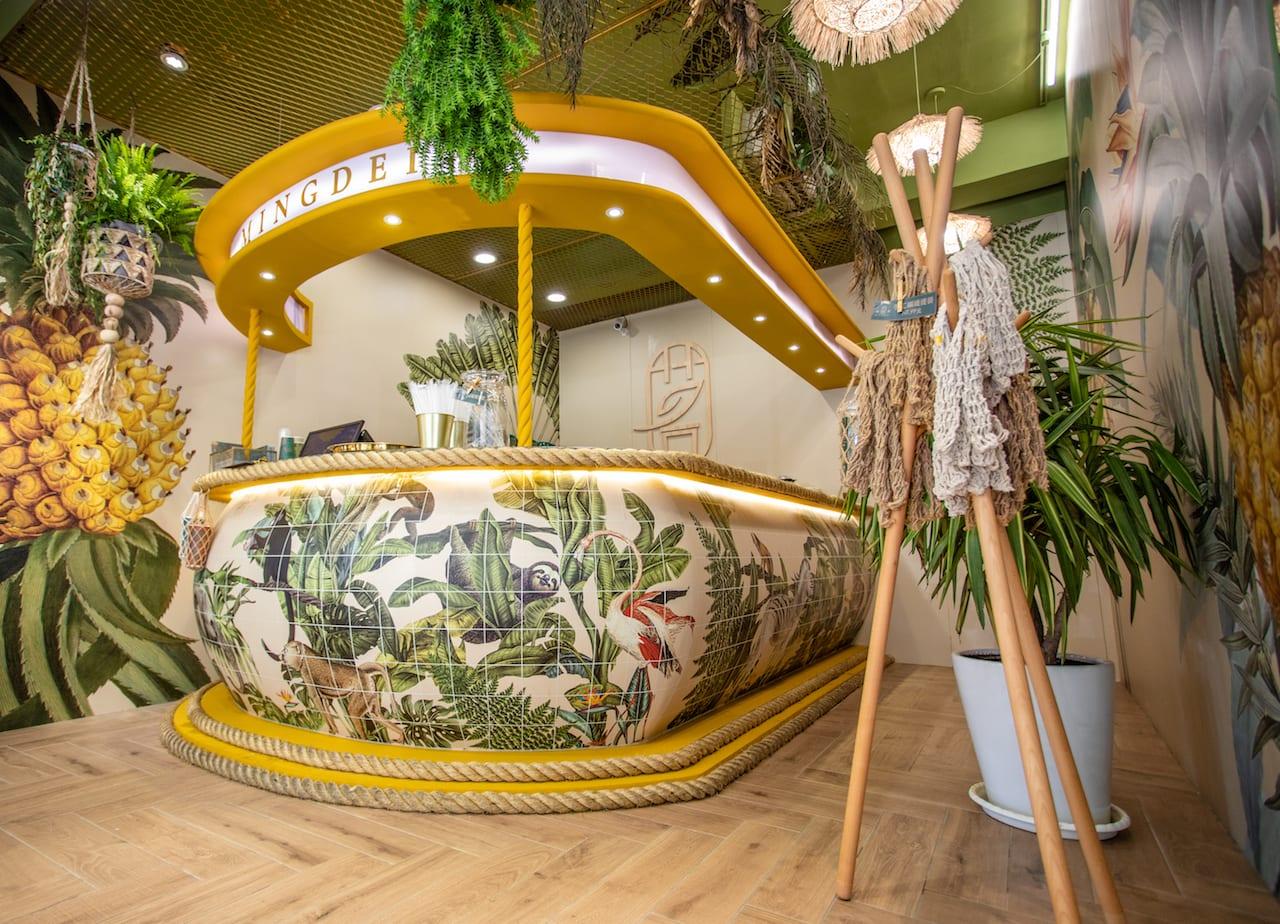 小茗堂MINGDEI店裡擺設充滿濃濃熱帶風,搭配回甘果茶,好喝又好拍!
