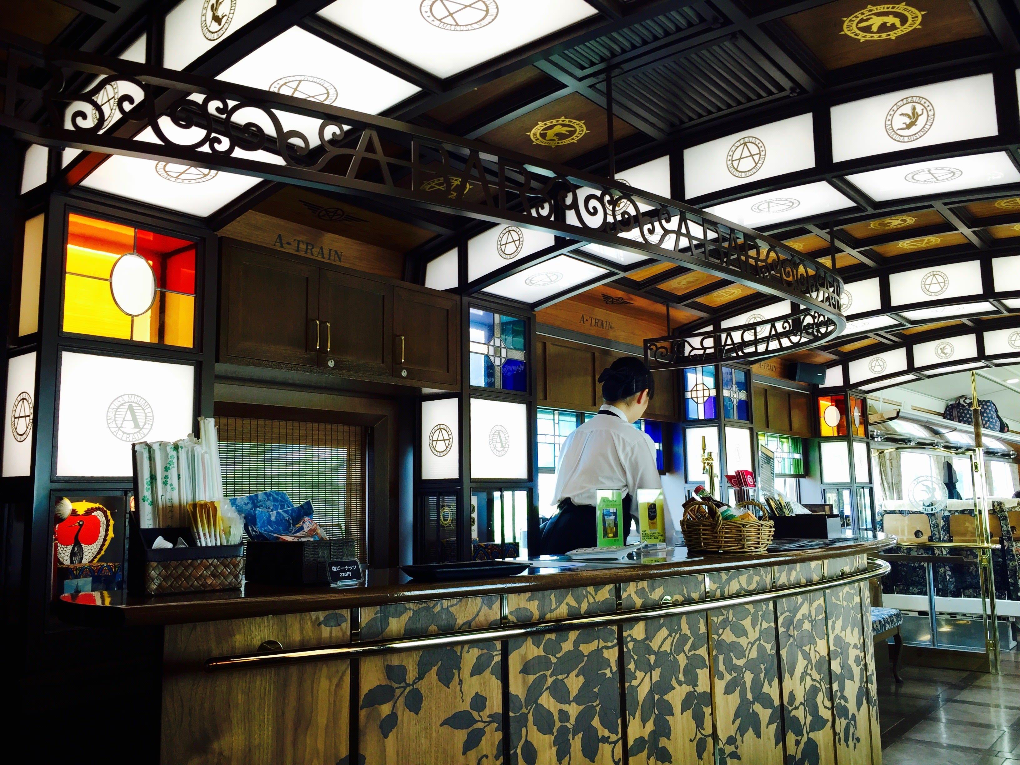 A-Train列車內部竟然有酒吧。Photo|Zach