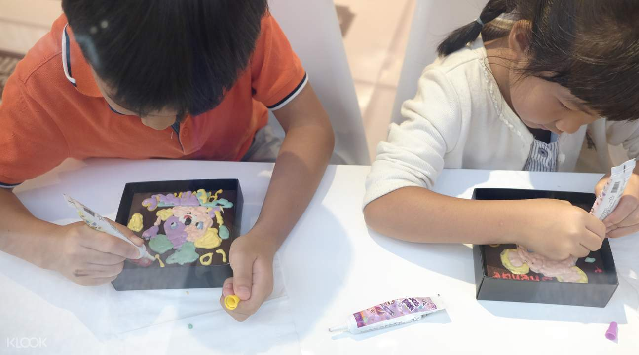 非常適合孩子的行程,用巧克力畫筆來作畫,製作屬於自己的巧克力藝術。