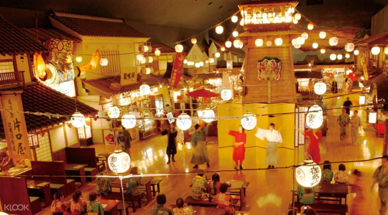 大江戶溫泉物語有如日式廟會般熱鬧有趣,張燈結綵的歡樂場景,日式美食林立,還有在祭典才會看到的廟會遊戲,不定期的特別表演,也會在此演出。超級逗趣的特殊體驗,你不可錯過!