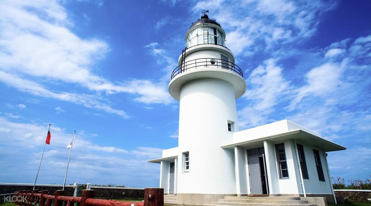 登上「三貂角燈塔」,往東遠眺太平洋,也是北台灣海域作業漁船的重要指引。