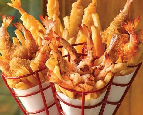 各式炸蝦,下層滿滿薯條當底。﹝圖片取自阿甘蝦餐廳官網﹞