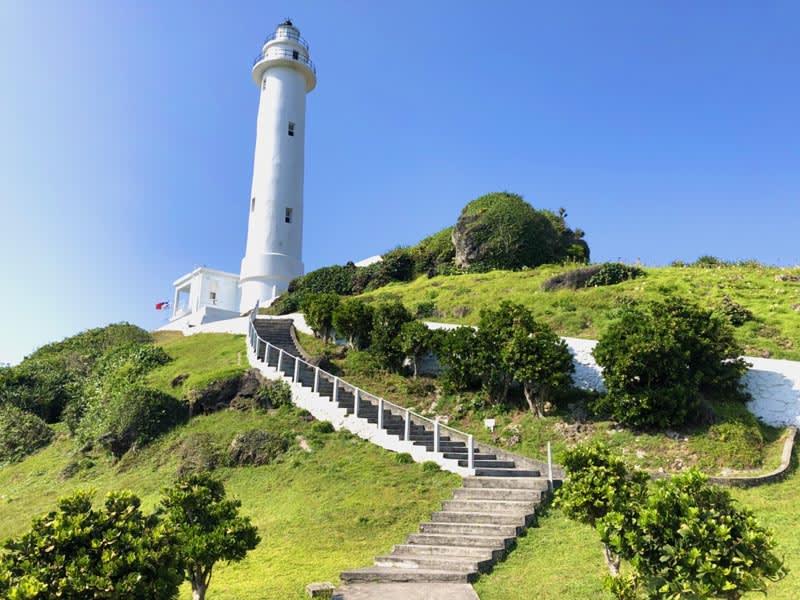 潔白燈塔佇立於綠島海邊。