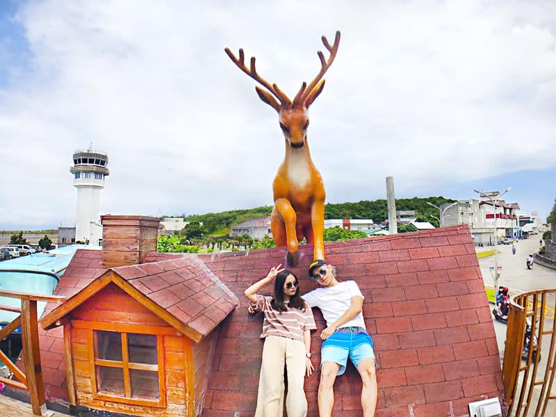 綠島梅花鹿專賣店,二樓屋頂上可愛造型的梅花鹿。