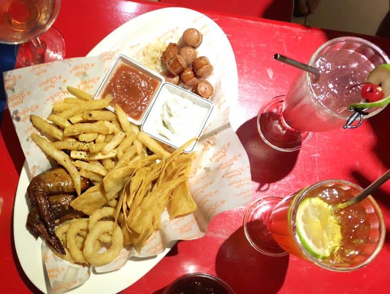 綠島哈狗店炸物拼盤可三到五人享用。
