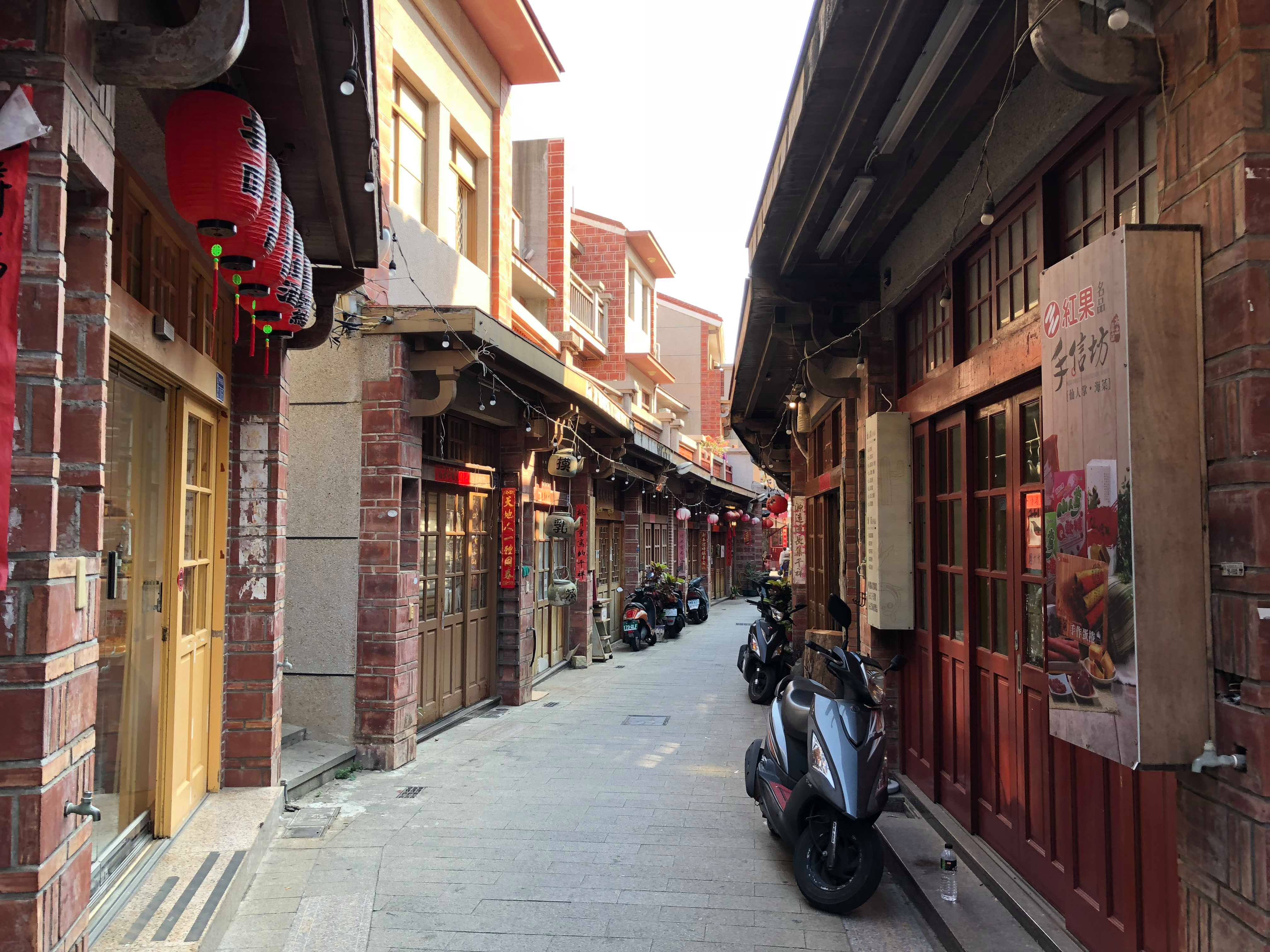 紅磚瓦紅燈籠的老街色調。