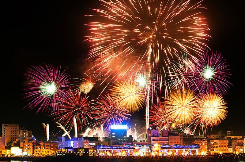 2018澎湖國際海上花火節,煙火綻放。(照片取自:澎湖縣政府)
