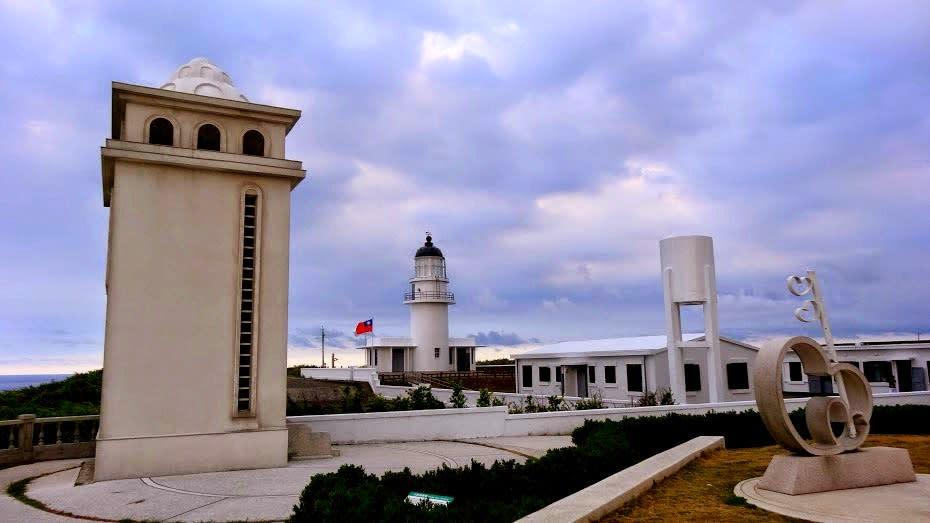 三貂角燈塔,白色的燈塔主體與建築配色,配上藍色的天空與海洋,藍白的色調交織。