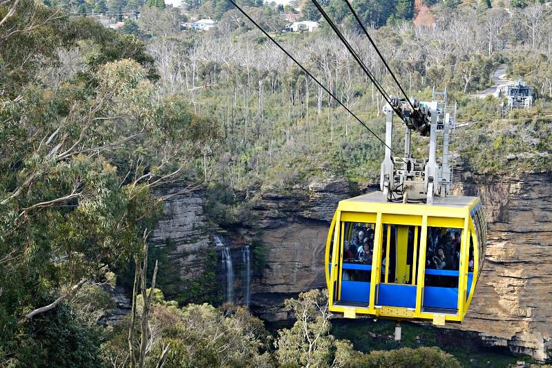 小小的纜車擠著滿滿的人,還有透明地板可俯瞰整座山谷