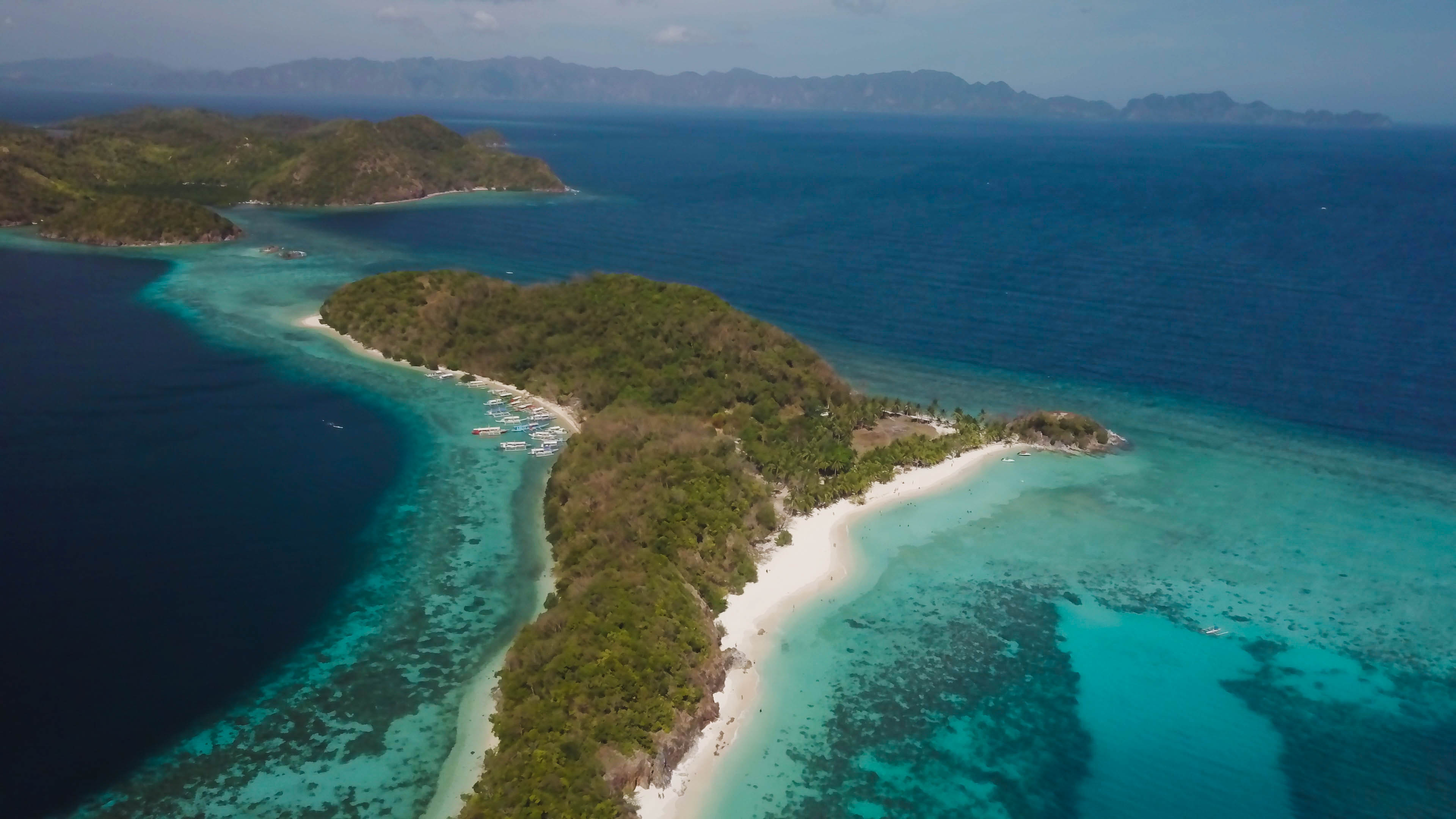 白沙藍海圍繞的小島