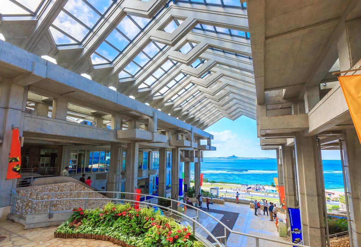 站在「漁夫之門」下眺望美景。(圖片取自沖繩美麗海水族館官方網站)