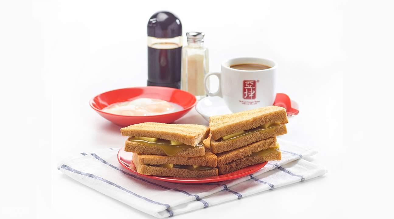 道地的早餐,就是抹上特製醬的咖椰吐司。