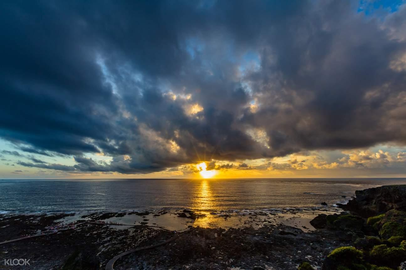 站在綠島海邊看夕陽,美得令人心醉。
