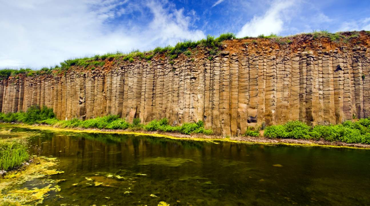 就地取材以玄武岩和咕咾石搭建而成的「望安花宅聚落」,已被列為國定古蹟