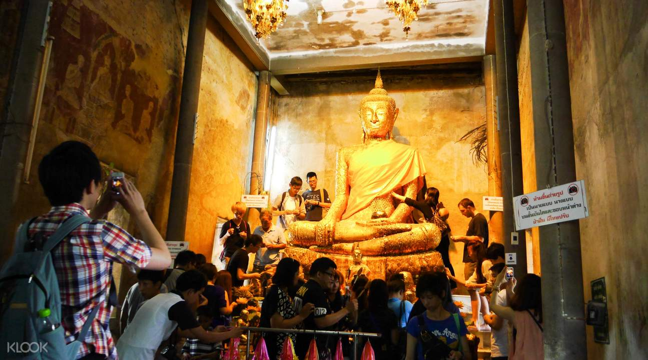 全身貼滿金箔的佛像,可見虔誠信眾之多。