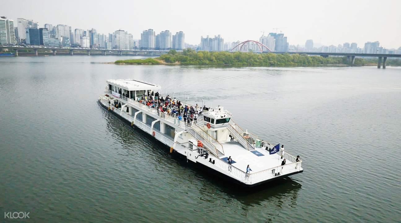 乘坐遊覽船,將漢江美景盡收眼底