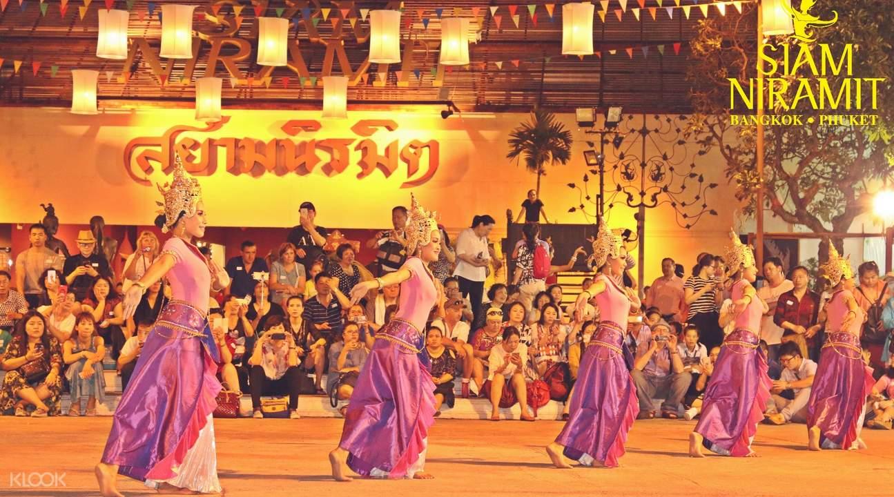 開演前戶外暖身歌舞表演|圖片來源:KLOOK