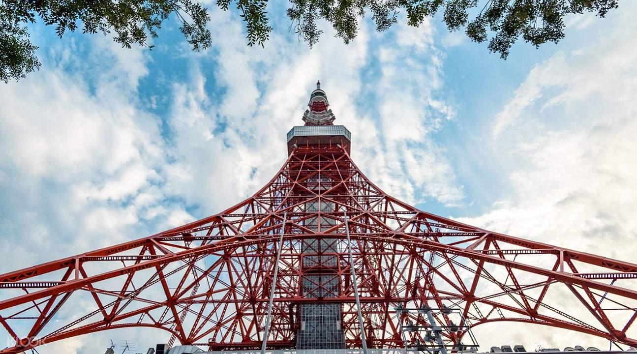 東京鐵塔是於1958年建成、高度333m的廣播電視電波塔。大瞭望台位於150m,特別瞭望台位於250m