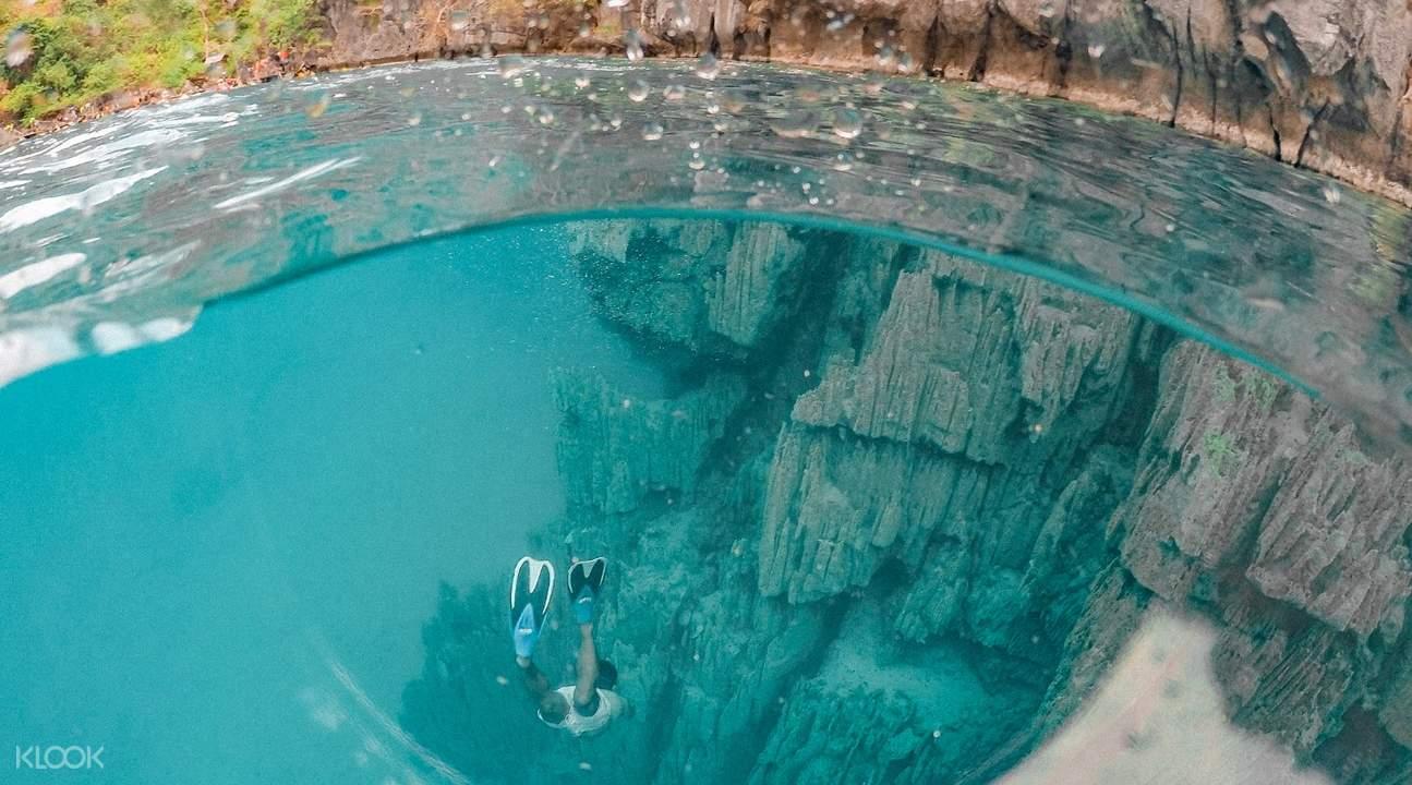 鏡湖如鏡子般清澈透明,純淨幽蘭的海水,深深淺淺變幻多端