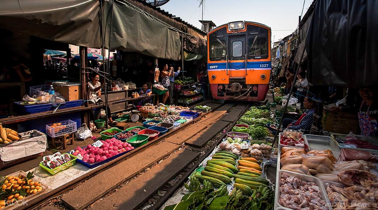 泰國獨有奇景,就在美功鐵道市集。