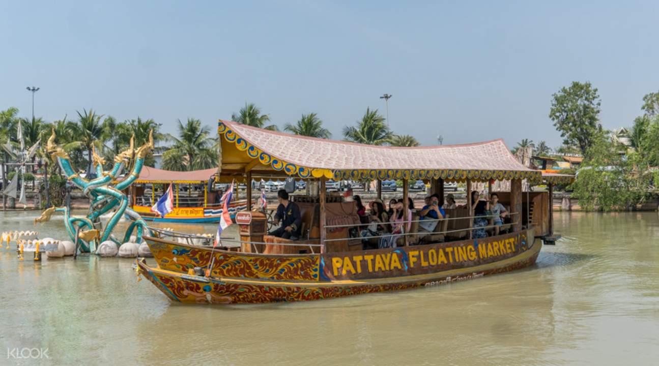 芭達雅四方水上市場,乘船遊走於水上,一窺當地人的日常。