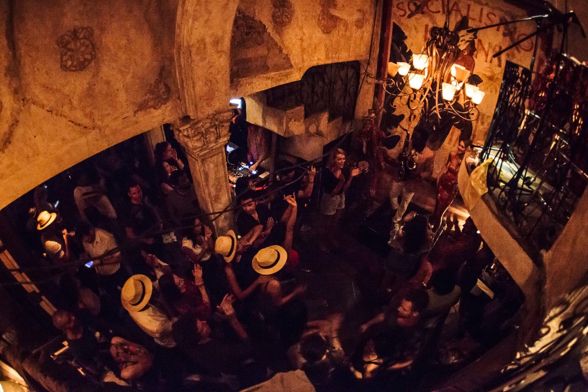 一群人在跳騷莎舞|圖片來源:Havana Social 臉書 http://bit.ly/2sNAKSM
