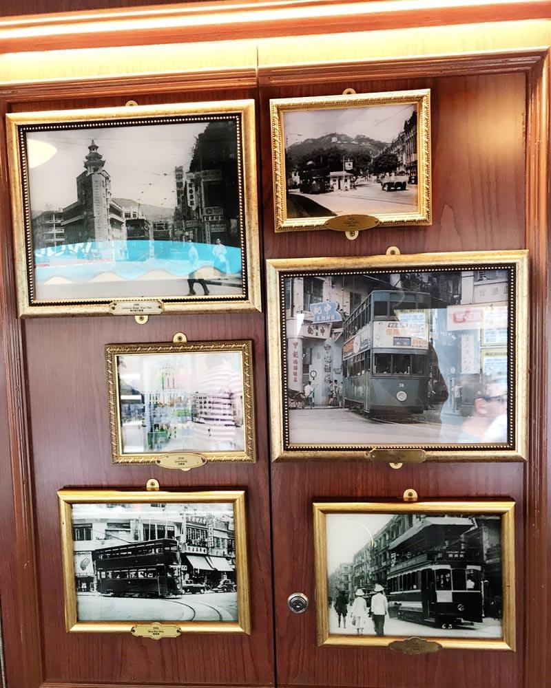 下層電車擺放許多老照片、復古藝術品