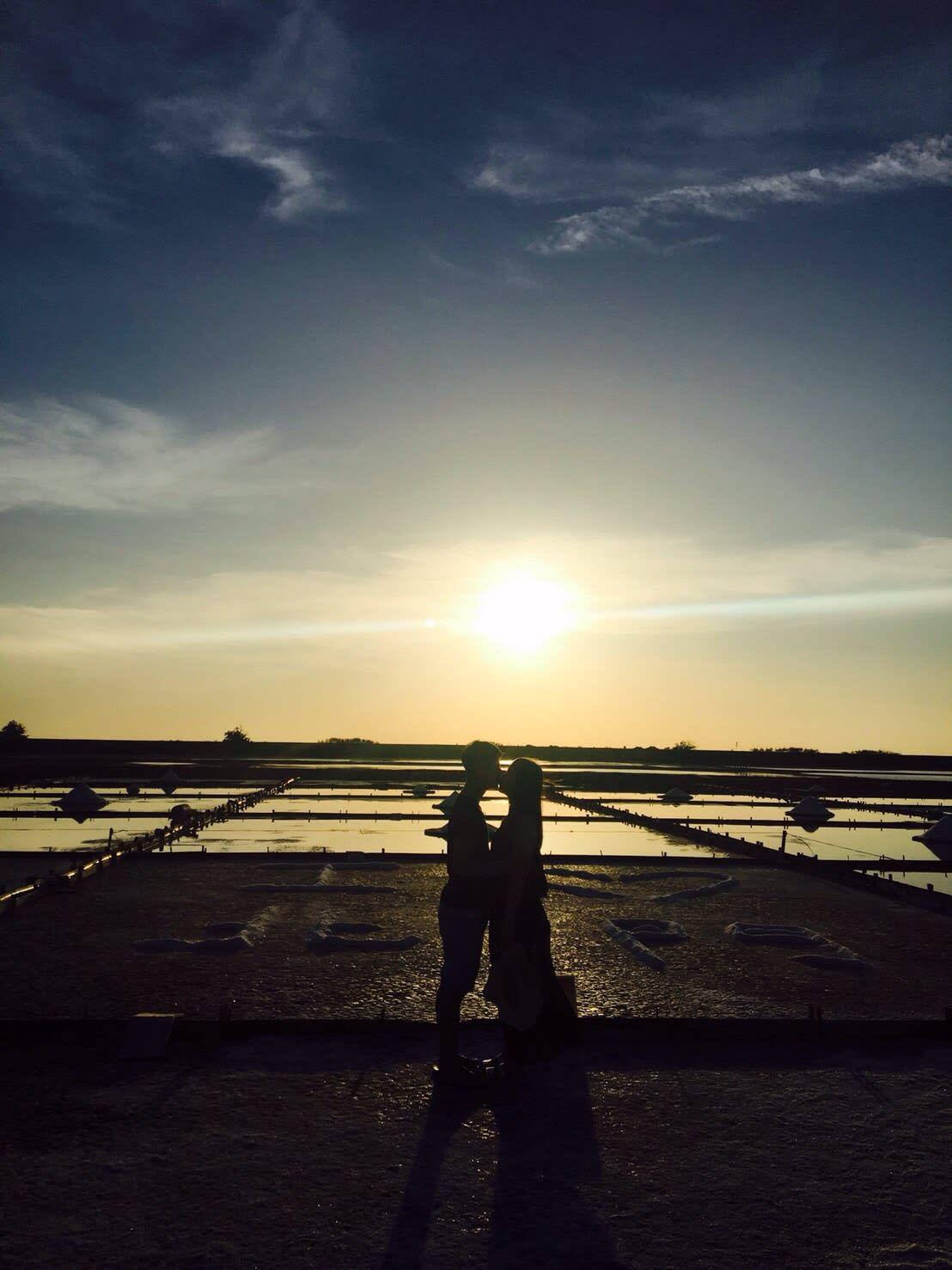 鹽田的夕陽景色,圖片取自:Ann Shih。