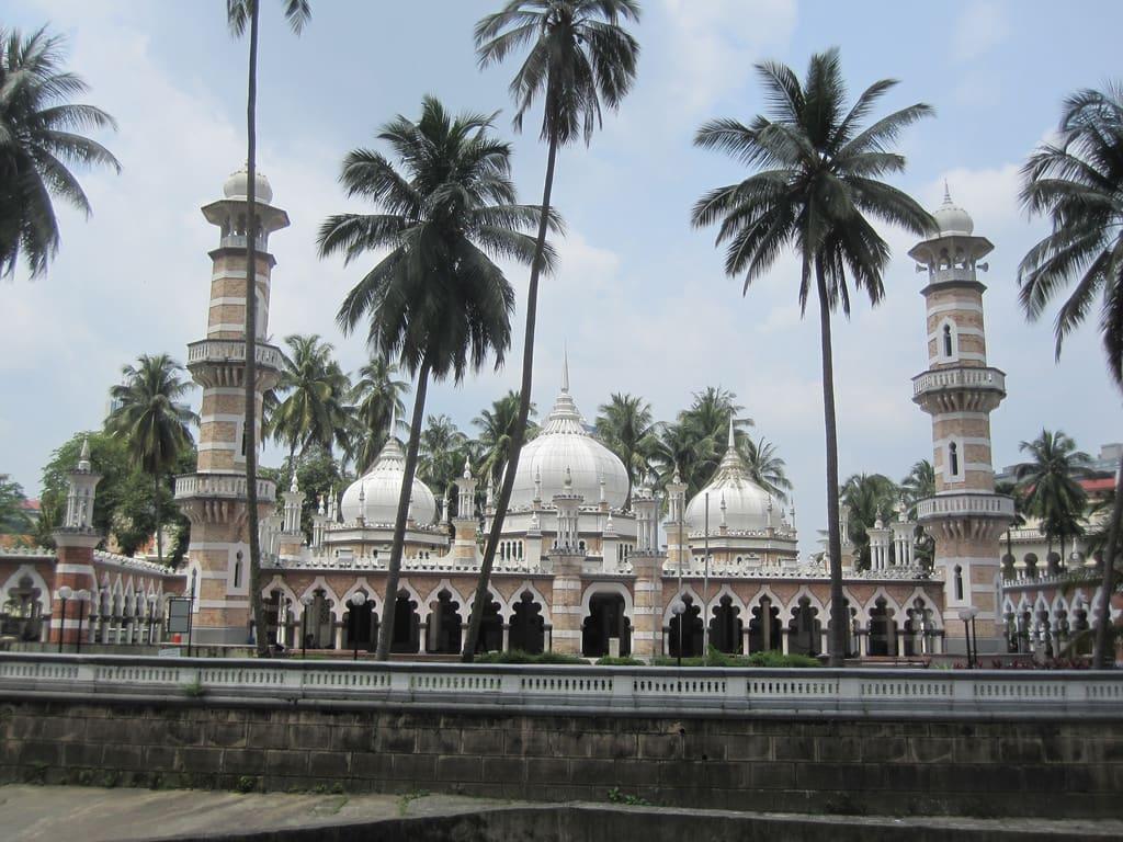 紅色磚頭加上三個白色圓頂的建築,就是佳美清真寺啦。來源:http://bit.ly/2KSlvmH。