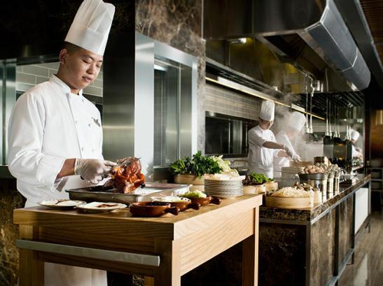 絕對不可以錯過的荔枝木香北京填鴨。來源:名廚都匯官網。