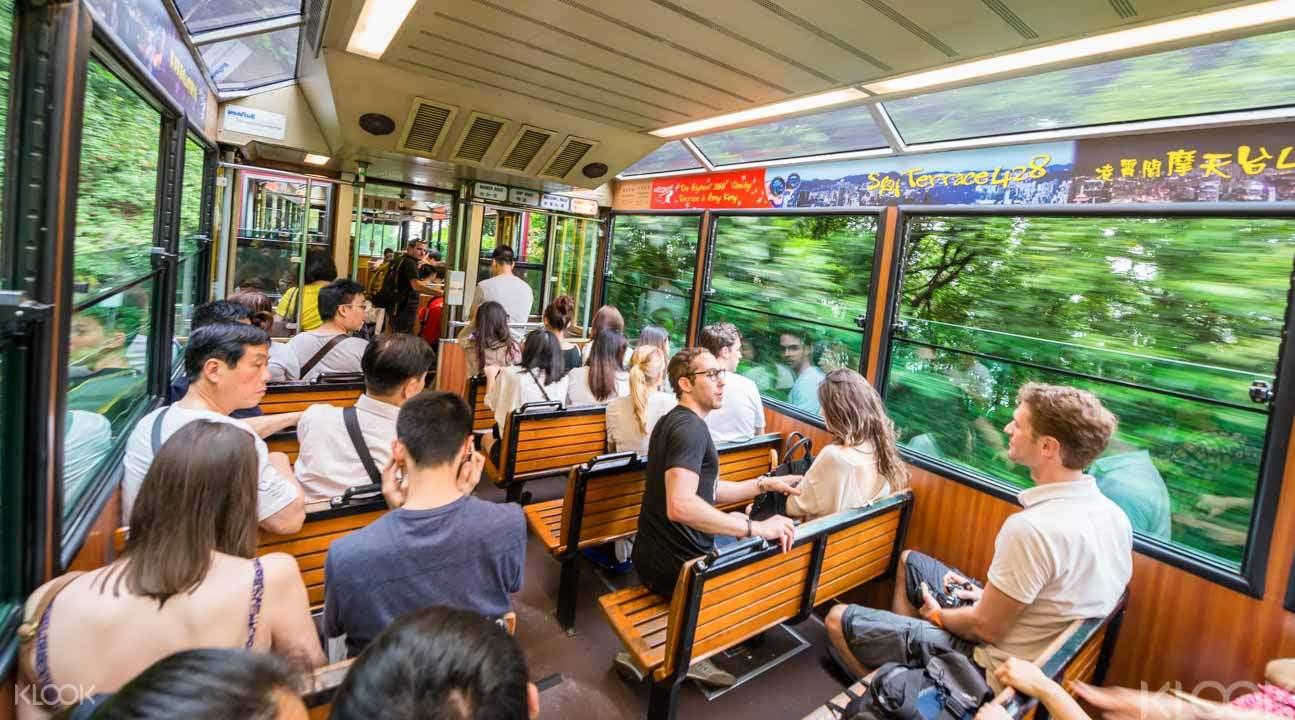 搭乘太平山纜車沿路可欣賞窗外風景。