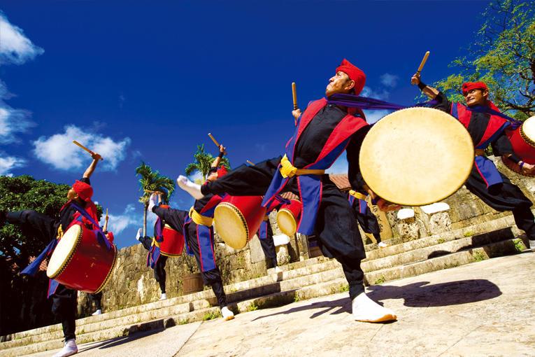 戶外廣場的太鼓舞表演,精彩可期。(圖片取自沖繩世界 文化王國‧玉泉洞官網)