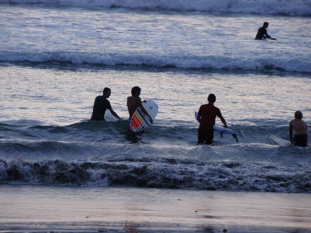 有相當多遊客此衝浪。來源:http://bit.ly/2NCuZiR。